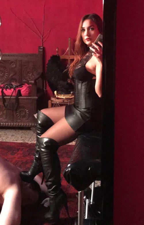 PADOVAInginocchiati di fronte ad una bellissima e affascinante Mistress italiana