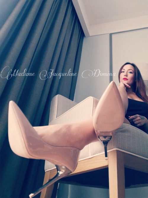 PADOVAInginocchiati di fronte ad una bellissima e affascinante Mistress italianaTour a Milano