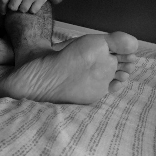 PISA padrone italiano cerca schiavi per adorazione piedi